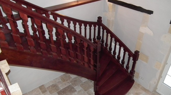 Escalier en chêne téinté accajou